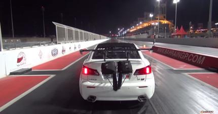 這台跑車的馬力太大了,當加速太快的時候...真的飛起來了!