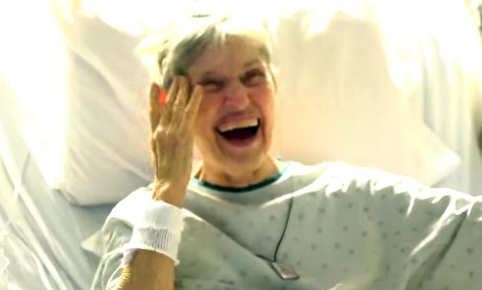 這位奶奶病倒住院無法參加孫女婚禮,孫女放棄原本華麗婚禮偷偷把婚禮搬到醫院。