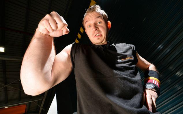 這個男人天生的巨型右手原本讓他很困擾,直到他將這個缺陷變成畢生強項!