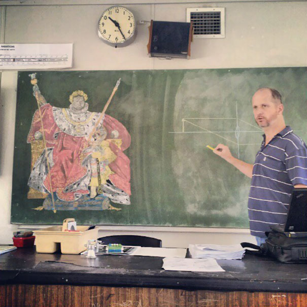 這位科學老師選擇在這間舊舊的教室上課,因為這樣他就能在黑板上用粉筆畫畫了!