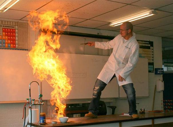 老師正在玩火!