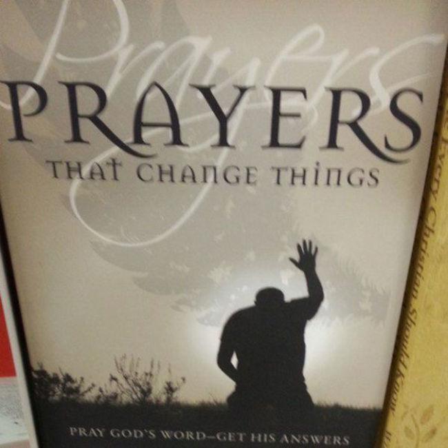 雖然說是禱告,但這動作看起來...
