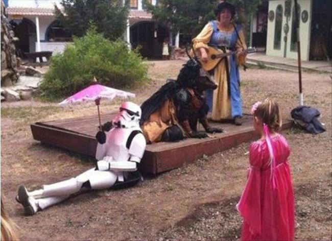 《星際大戰》的帝國暴風士兵vs.粉紅小洋傘。