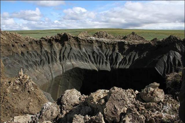 當然,現況而言,科學家確實需要更多的研究,但目前已經有科學家提出了一項理論:由於地下天然氣被困在永凍土之下,而產生地底下的壓力。這樣的壓力會一直增大直到最終能突破地球表面。