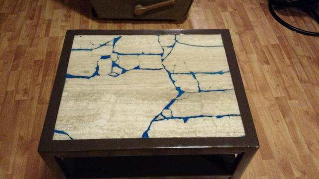 這位高手買了二手破碎大理石桌,然後打造成在黑暗中散發魔力的超設計感桌子。