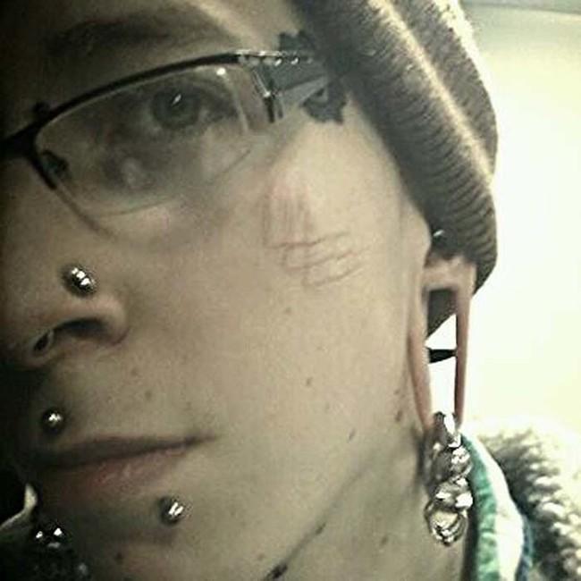 這位外表一般的鄰家大男孩,每年都對自己的臉做出驚悚的「改裝」。到最後真的太恐怖了!