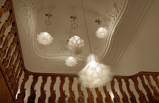 這些特殊的絲質吊燈居然會像花朵一樣綻放開來!影片所呈現的美麗真的太震撼了。