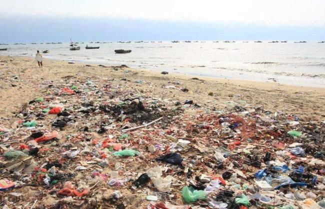 這個場景不是垃圾掩埋場...這是中國沙灘遊客走後所留下來的海灘地獄!