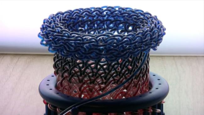 這件衣服是用一大堆管子組成的,當你把顏色水輸入進去...酷!