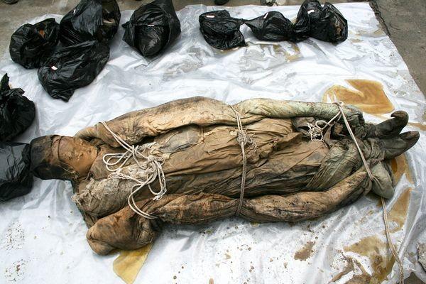 雖然這個「木乃伊」出現的具體時間還不能確定,但是,從這名女木乃伊身上穿的絲綢衣服、亞麻製品以及穿衣風格等等,大致可以判斷出是明朝人。考古學家們也因此猜測她應該生活在距今約 700 年前。