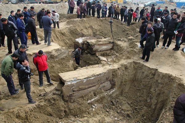 這具木乃伊被修路工人在發現後,因為他發覺可能是很重要的文物,所以便迅速的聯繫了泰州博物館,這才找到了這讓大家驚訝不已的明朝「木乃伊」。保存完整的屍骨和埃及的木乃伊幾乎是同樣的手法,這究竟是怎樣形成的呢?是意外呢?還是在古老的中國就已經有人知道如何使用這類手法呢?