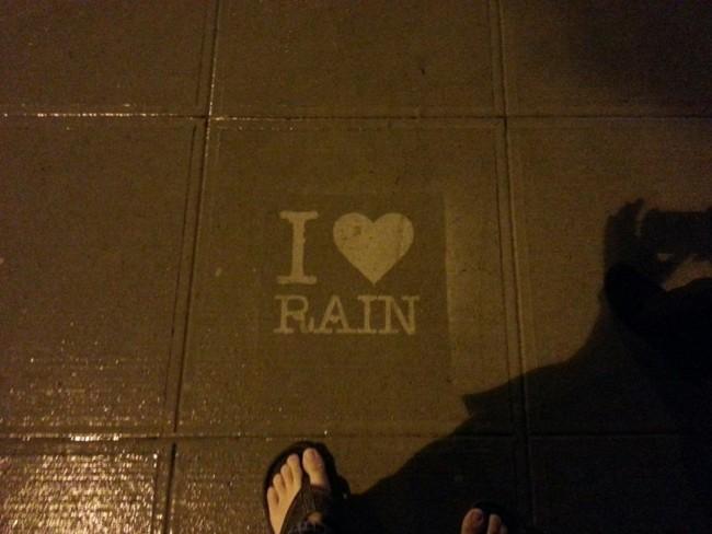 這個男生在巴士站等巴士時忽然開始下雨,結果他在地上看到東西讓我愛上了下雨天!