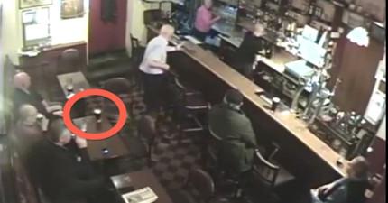 酒吧監視器畫面清楚拍下鬼魂「弄爆」啤酒杯的詭異畫面。