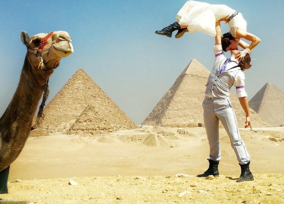 這對新人認為傳統的婚禮太沒有意義了,83天內在38個國家舉行超完美婚禮!