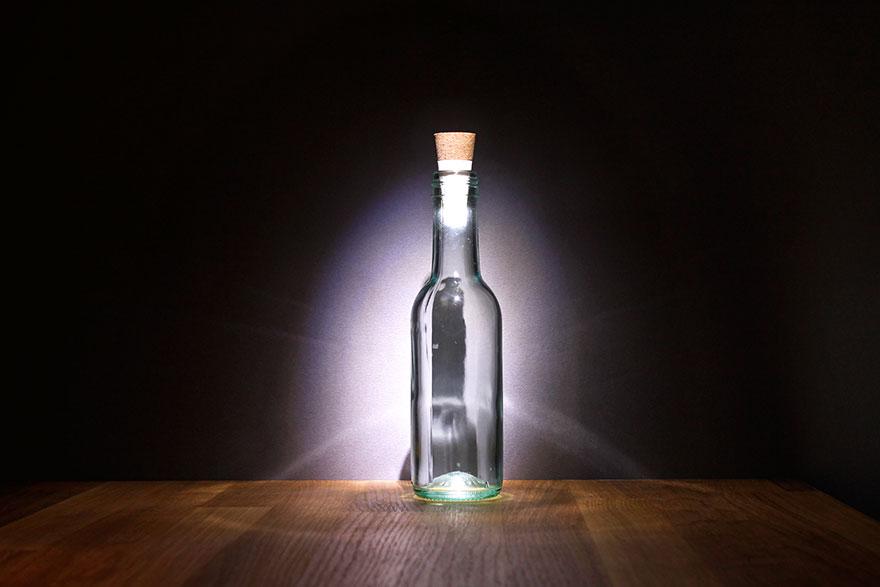 空的酒瓶不要丟掉!因為可以很輕易就把它們變成最酷炫的酒瓶檯燈!