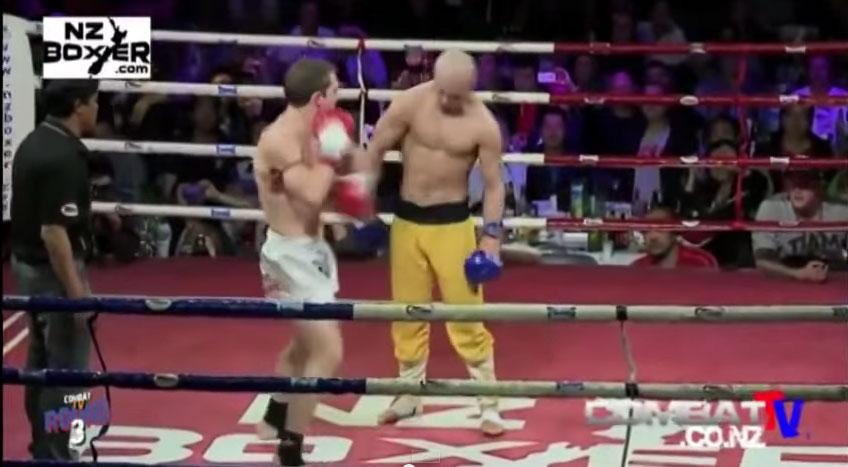 這個少林武僧站著故意讓對手重擊但怎麼打都打不倒,讓對手快要發瘋了!
