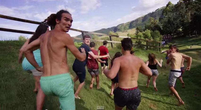 他們把一個超大的球推下一個山坡,結果所有的人都開始逃命!