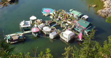 這對夫婦不買房,花20年在大自然開發自給自足的多功能漂浮天堂!