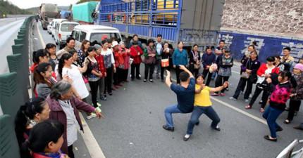 中國一起車禍造成車潮動彈不得,乘客竟下車開始「鬥舞」!拍下的影片太精采了!