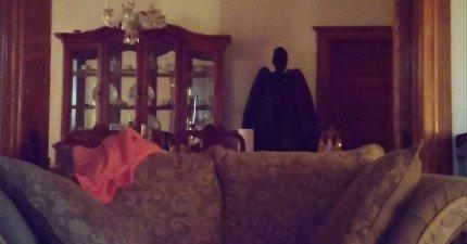 這名網友去住媽媽家的時候拍到這幾張最陰森可怕的照片,但接近看時...我完全誤會了!