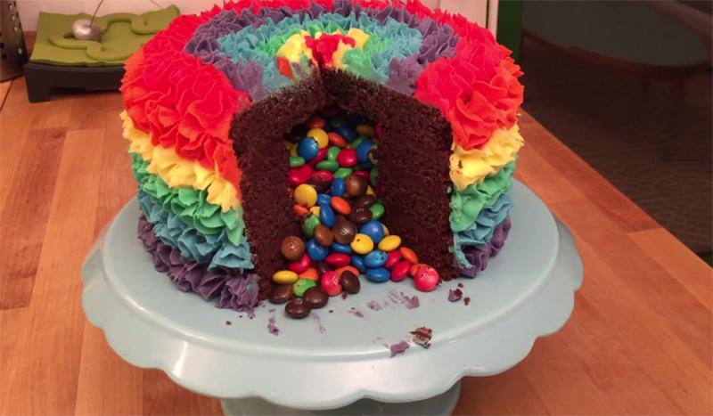 這個蛋糕外表已經很漂亮了,但只要切開一片裡面就會爆出1000個最美味的驚喜!