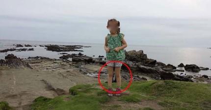 一位網友與家人到日本遊玩,卻意外拍下驚悚「鬼腳」?!
