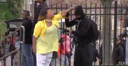 當兒子正要加入美國巴爾的摩暴動行列,這位媽媽當街給了兒子超霸氣的教訓!