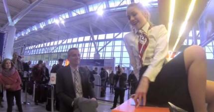 這名男子才正要辦登機手續,地勤小姐忽然就坐上櫃檯滿臉甜蜜笑容看著他...