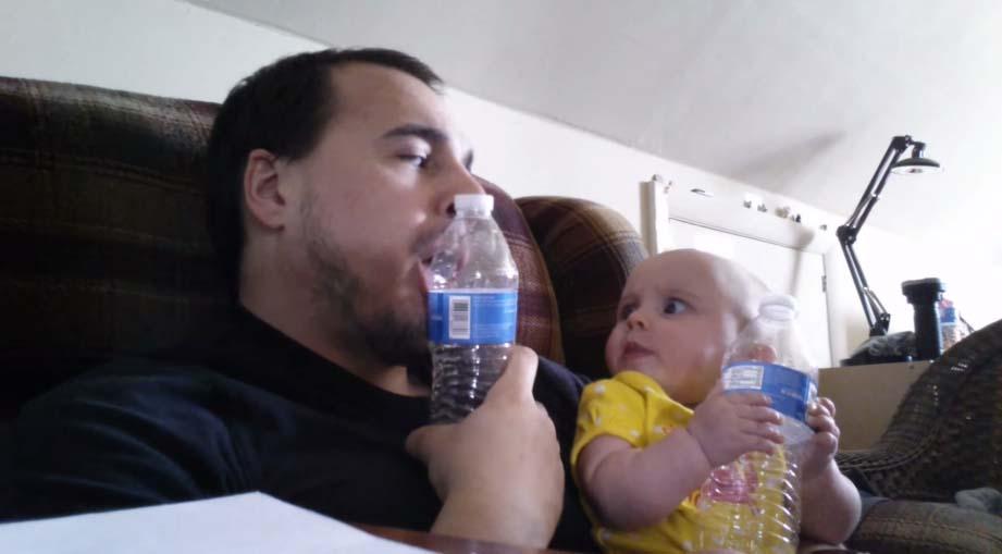 小寶寶不知道爸爸為什麼會一直吸瓶子,但她莫名其妙的跟著做了超可愛的事情!