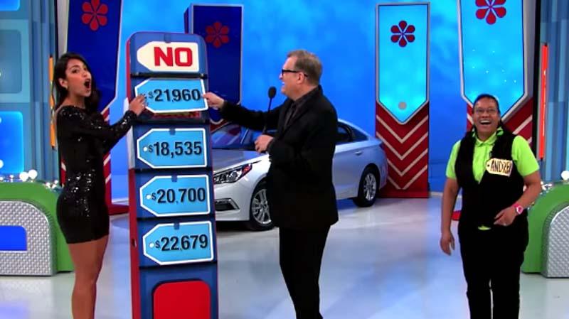 這位參賽者在猜價送車時失敗,沒想到下一秒美女助理一錯「翻」就把68萬的大禮賠掉了!