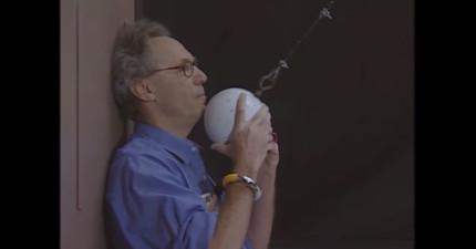 他把這顆15kg的球放掉,如果它盪回來時多盪1cm,這個老師的下巴就會被震碎。
