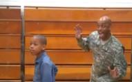 男孩正在拍畢業照時,離家服役的軍人老爸悄悄從背後驚喜亂入照片...