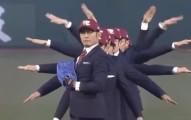 這場棒球賽找來了機械舞天團「World Order」來開球...完全比性感女星還有看頭啊!