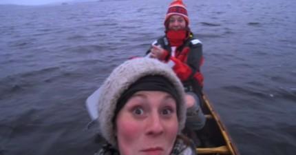 兩位在獨木舟上的女孩本來只是想自拍,卻意外錄下了天空中的超罕見奇景!