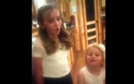 媽媽拍下11歲女兒唱出的聲音驚人到會讓你以為她在對嘴。聽完後我用力點「重播」3次!