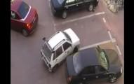 紅車準備倒車入庫時被小白車硬生生插隊...結果的發展讓小白車後悔死了!