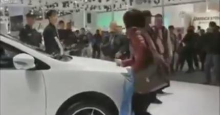 因為老公不答應買車,於是婦人在車展直接開始刮車!路人把誇張爭吵都拍下來了。