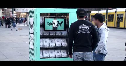 這個廣場中央的販賣機一件T桖才賣67台幣,但當有人去買看到上面的影片後都紅了眼眶。