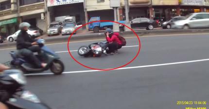 這名紅衣女子才剛剛被一台車撞到後,過了2分鐘又慘遭到最倒楣的命運。