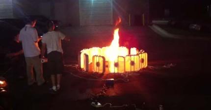 這些人在火源四周用電風扇設出陣法,結果火惡魔出現了!