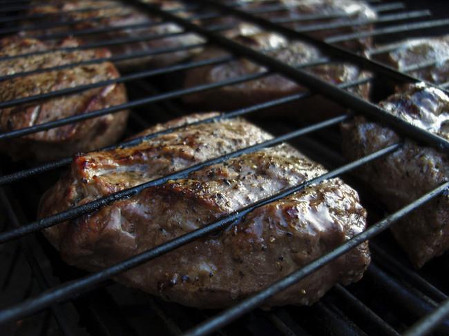 喜歡吃全熟牛排的人要小心了,可能會危害你的健康喔!