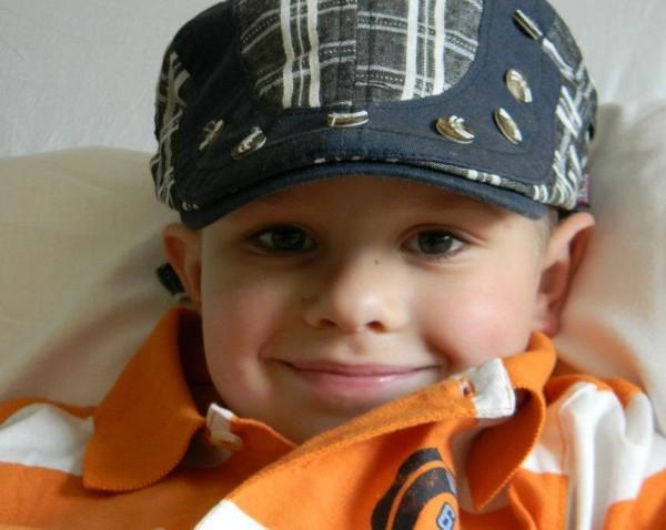 這張小男孩的照片在網路上爆紅,當你看到這張的完整照片就會讓你看到他驚人的勇氣。