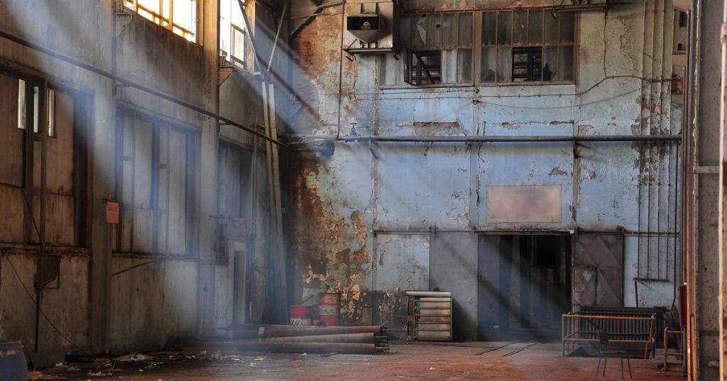 1893年,哈里·霍華德·賀姆斯在美國芝加哥蓋了座3層樓的「殺人城堡」,裡頭仿如迷宮般藏了近百個昏暗房間、盡頭是死路的樓梯,長廊的設計更是弔詭,讓人走了一圈卻繞回原點,有些門打開後是堵磚牆…。這間刻意蓋成迷宮的建築,是賀姆斯 的殺人城堡,在這裡,賀姆斯奪走近200條人命。