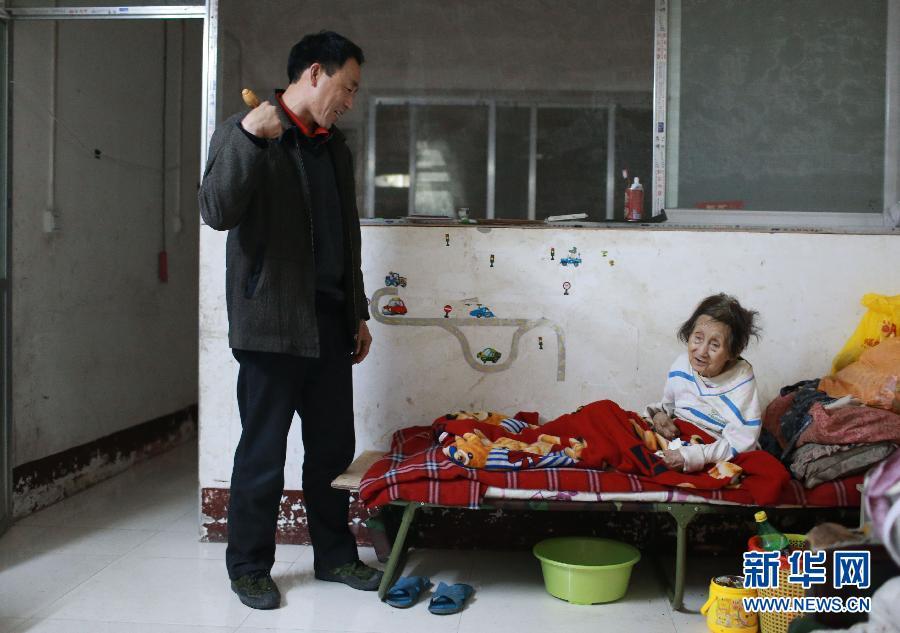 面對父親早逝、妻子離家和女兒升學種種壓力,但他完全沒有放棄已癱瘓的母親!