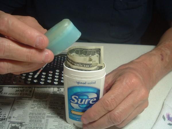 護唇膏超多功能!5步驟「旅遊不怕錢被偷」 麥克筆也有同功用~