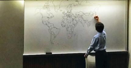 這個教授讓他11歲自閉症兒子來上課。當學生來上課時看到白板上的東西後,所有人都拿手機出來拍!