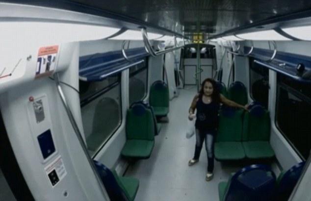 這些女子搭上了地鐵...卻沒想到這是要她們命喪黃泉的喪屍末日列車!
