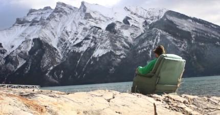 這名男子拖著他的「搖搖椅」用史上最舒服方法環遊加拿大9天...!