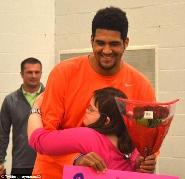 明星籃球員拿了一束花跑到「唐氏症」朋友的體育課問了她一個讓人「飆淚」的問題!