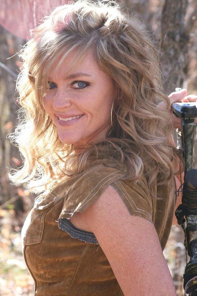 這位女獵人微笑跟一頭長頸鹿躺平的照片,讓百萬網友怒叱不得好死!